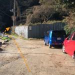 右の駐車スペースに車を停める。