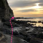 崖沿いを進んでいく。
