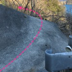 カーブミラーとガードレールの間の岩を進む。